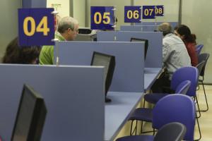 Rescisões deixam 214 mil funcionários públicos em risco