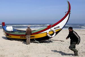 Embarcação de arte xávega afunda-se junto à praia de Vieira de Leiria