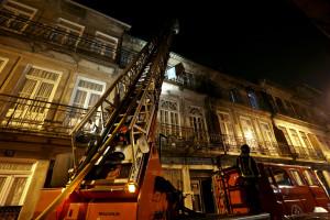 Incêndio destruiu águas furtadas e cozinha de uma habitação