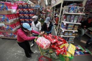 Estudantes saqueiam supermercados em protesto