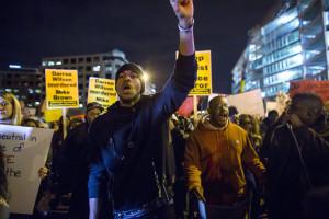 Onde de indignação de Ferguson estende-se a 170 cidades