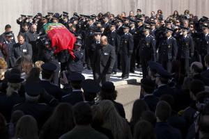 Dezenas de pessoas no funeral do agente Ricardo Santos em Elvas