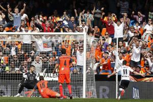 Valência ganha à Real Sociedad com dois golos em três minutos