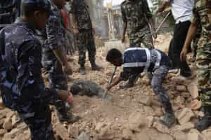 Novo balanço: 876 mortos no sismo no Nepal
