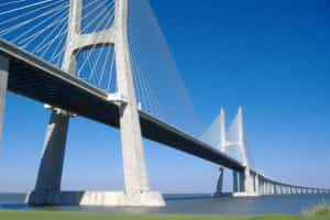 Despiste na ponte Vasco da Gama provoca um morto e corta trânsito