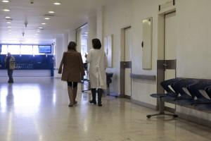 Médicos e enfermeiros proibidos de beber café e chá em público