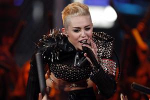 Miley Cyrus não quer lavar mais o cabelo