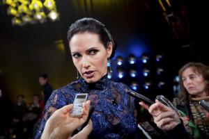 Fernanda Serrano anuncia gravidez após férias românticas