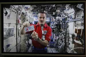 Astronauta canta música de David Bowie no Espaço