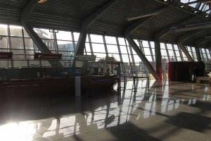 Português dorme em aeroportos para comprar avião solidário