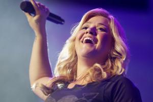 Kelly Clarkson queria dar concertos quando estava grávida
