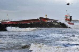 Dois mortos em colisão de barco de pesca com cargueiro