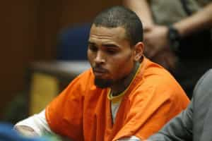 Chris Brown permanece preso