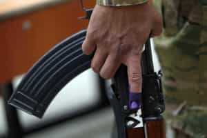Mata polícia e fere dois ao invadir esquadra a tiro