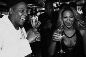 Foto com champagne acaba com rumores da gravidez