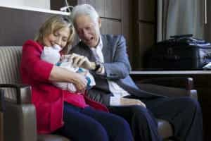 Clinton abandonam maternidade com sorriso