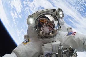 Astronautas constroem ferramenta com impressora 3D