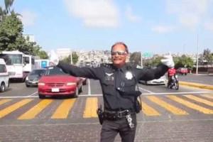 O agente que faz parar trânsito com um movimento de anca