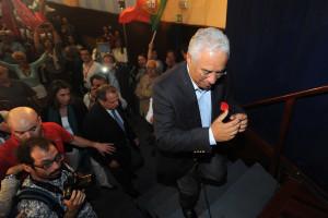 Está fugido do Brasil e foi apanhado a abraçar António Costa