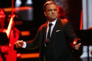 Robbie Williams anuncia nome da filha em novo vídeo