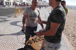 Portugueses dão primeira bicicleta de cortiça a McNamara