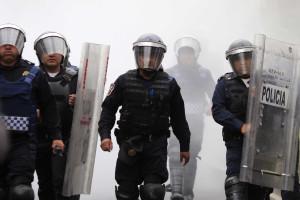 Manifestantes e polícia confrontam-se perto do aeroporto