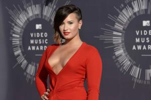 Só homens maduros lidam com as emoções de Demi Lovato