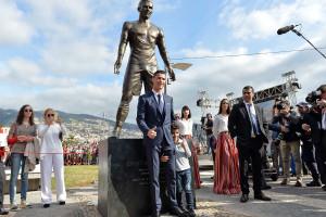 'Dotes' de estátua de Ronaldo em destaque lá fora