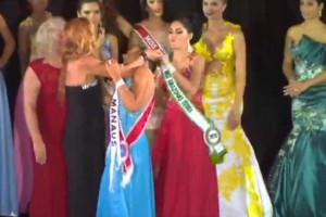 Vice-Miss arranca coroa da cabeça da vencedora