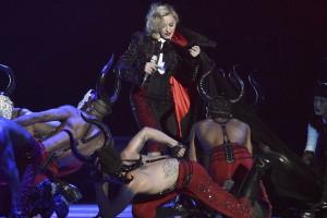 Madonna com contusão no pescoço após queda
