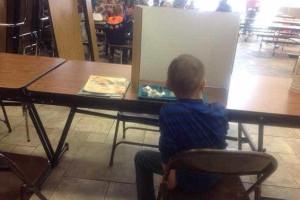 Menino castigado por chegar atrasado à escola