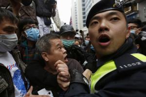 Polícia detém 33 pessoas em manifestação contra chineses