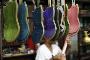 'Violeiro' constrói e toca instrumentos que preserva em museu