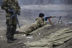 Um soldado morto e sete feridos no leste da Ucrânia