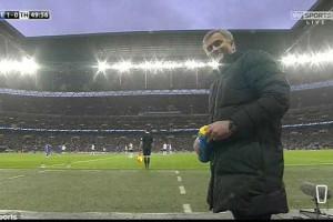 Mourinho bem disposto 'molha' operador de câmara