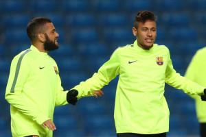 Neymar e Dani Alves cantam e encantam no balneário