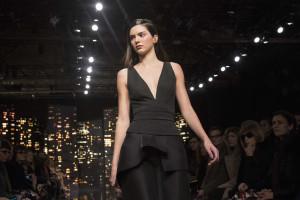 Kendall Jenner quase 'esmagada' por multidão em Paris