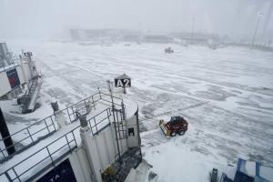 Passageiros empurram avião para soltá-lo do gelo