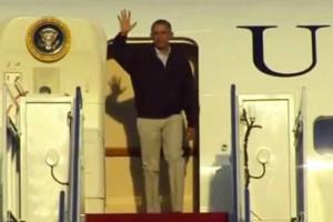 Obama tropeça ao sair do Air Force One