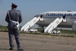 Chegada a Lisboa do voo turco pautado por abraços e alívio