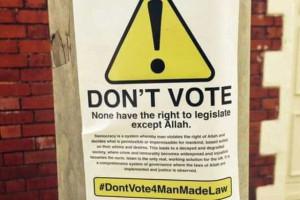 Democracia viola os direitos de Alá, lê-se em cartazes