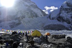 Sismo provocou avalanche no Monte Everest e vários mortos