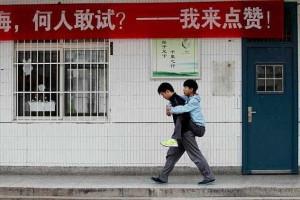 Jovem estudante 'carrega' amigo às costas há três anos