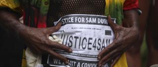 Polícia acusado de matar homem desarmado deixa prisão sob fiança