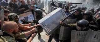 Cem polícias e militares feridos em explosão frente ao parlamento