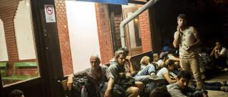 Primeiro autocarro com migrantes chega à fronteira austríaca