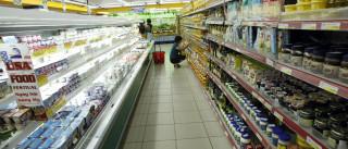 Crise vai deixando prateleiras cada vez mais vazias nos supermercados