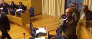 Deputado do PTP volta a usar megafone e interromper trabalhos