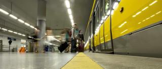 Mulher cai e fica com perna entalada no metro do Porto