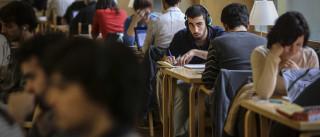 Universidades privadas fazem descontos para atrair alunos